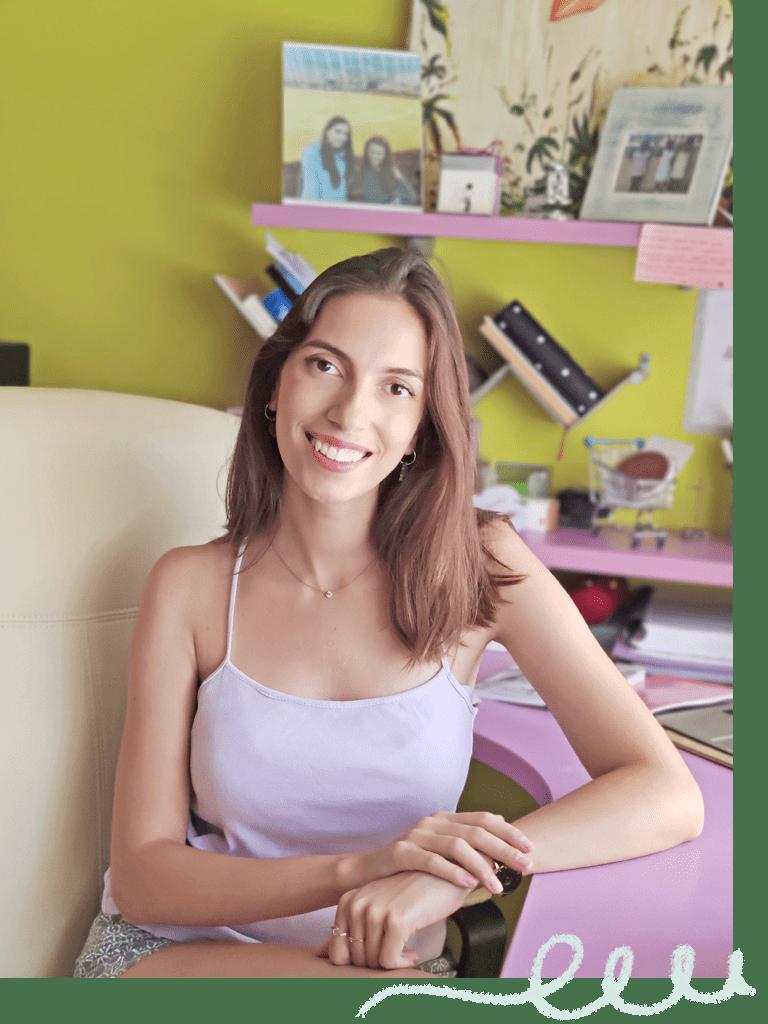 Claudia Pellegero en su silla y mesa de estudio.